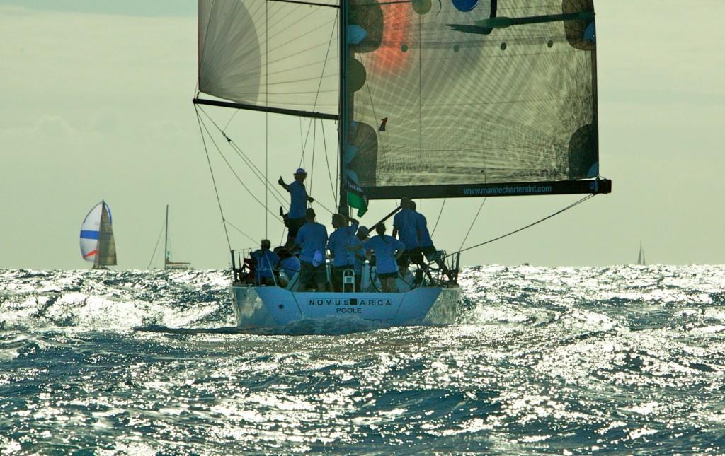 Bateau de course à la voile en navigation